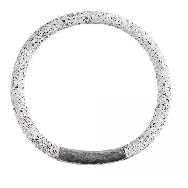 handgemaakte lederen bangle armband met hand gehamerd echt zilveren tussenstuk